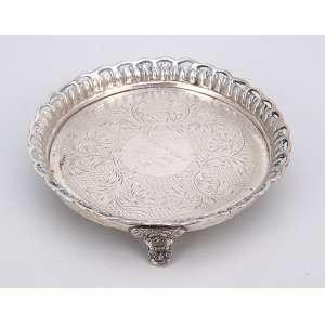 Pequena salva de prata, repuxada, circular, varanda fenestrada; sobre três pés. <br />Marca do teor 800. Brasil, séc. XX.