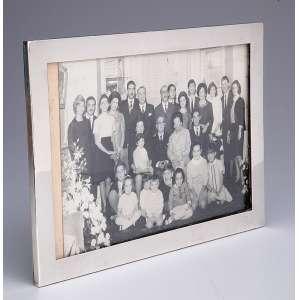 Porta-retratos com moldura de prata lisa. 28,5 x 20,5 cm. <br />Inglaterra, Londres, 1917.