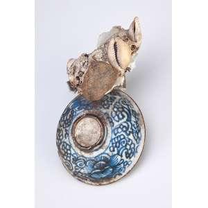 Curiosa pequena tampa de porcelana azul e branca, resgatada de naufrágio com calcificações <br />de conchas e fragmentos. 12,5 cm. China, período indeterminado.