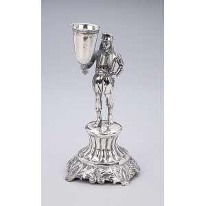 Paliteiro de prata portuguesa repuxada e cinzelada, figura masculina com caneco. <br />19 cm de altura. Contraste do Porto para meados do séc. XIX.
