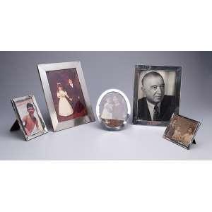 Conjunto de cinco porta-retratos com molduras de prata, tamanhos diversos e origens <br />inglesa, italiana e brasileira. 27 x 21 cm, o maior. Séc. XIX/XX.