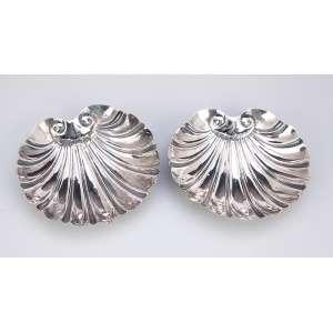Par de conchas de prata, repuxada. 10,5 x 11,5 cm. Brasil, séc. XX.