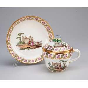 Xícara com tampa e pires, porcelana de Viena, pega da tampa em flor, frisos de <br />folhagem e paisagens em policromia. Séc. XIX.