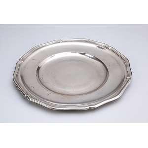 Prato de prata, repuxada, circular, com borda recortada. 27,5 cm de diâmetro. <br />Contraste do teor 800. Itália, séc. XX.