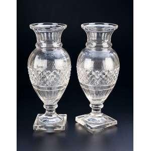 Par de vasos de cristal translúcido, de Baccarat, formato de balaústre, bojo com barrado de <br />lapidação bico de jaca. Base quadrada. 34 cm de altura. França, séc. XIX.