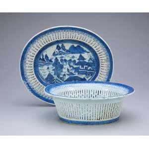 Cesto para pão com seu présentoir de porcelana azul e branca, partes fenestradas e caldeira com pagodes, <br />arbustos e ponte. 25 x 22 x 9 cm, o cesto 28,5 x 25 cm o présentoir. China, séc. XVIII.