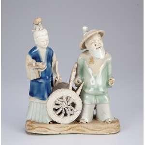 Grupo escultórico em biscuit com partes esmaltadas, representando duas figuras. <br />13 x 5 x 16 cm de altura. China, Ming (1368-1643). (falta mão esquerda do ancião).