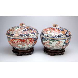 Par de sopeiras de porcelana policromada e circulares, decoração compartimentada,<br />no padrão Imari. 28 cm de diâmetro x 20 cm de altura. Japão, séc. XVIII.