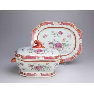 Sopeira com seu présentoir de porcelana Cia das Índias, retangular, cantos chanfrados. Decoração floral <br />em esmaltes da Família Rosa. Alças laterais em cabeça de lebre, pega da tampa em vegetal. <br />37 x 29 cm, o présentoir e 30 x 21,5 cm a sopeira. China, Qing Qianlong (1736-1795).