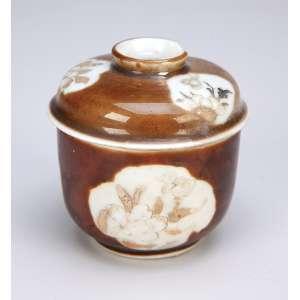 Pequeno bowl com tampa de porcelana decoração conhecida como batávia ou chocolate. <br />7,5 cm de diâmetro x 7,5 cm de altura. China, Qing Kangxi (1662-1722). (pequena lasca na base da tampa). <br />O Brasil e a Cerâmica Antiga, de E. F. Brancante, pág. 296.