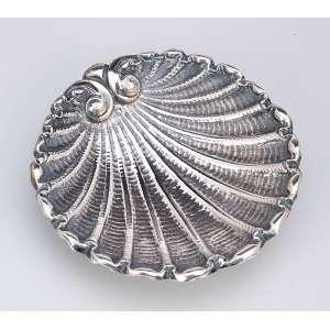 Pequena concha de prata, repuxada e cinzelada. 10,5 x 11 cm. <br />Contraste do Porto em uso entre 1887 e 1932.