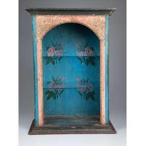 Oratório de madeira patinada, internamente com pintura de flores em policromia. <br />52 x 29 x 73 cm de altura. Brasil, séc. XIX.