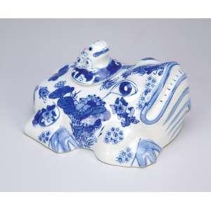 Sapo em porcelana azul e branco, Cia das Índias, carrega o filhote em seu costado, à guisa de tampa. <br />(molheira?). 14,5 x 12 x 10 cm de altura. China, séc. XIX.