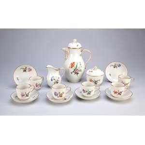 Conjunto para café, de porcelana, decoração em flores policrômicas. Composto de: bule para café, <br />cremeira, açucareiro e seis xícaras com seus pires. 21 cm de altura, o bule. Marca da manufatura <br />K.P.M. Alemanha, circa 1900.