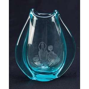 Pequeno vaso de cristal azulado, no bojo lapidação com jarra e frutos. <br />17 cm de altura. Europa, séc. XX.