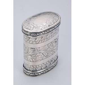 Fina tabaqueira de prata repuxada e cinzelada, formato ovalado, bojo ornamentado <br />por folhas e flores. 7,5 cm de altura. Brasil, séc. XIX.