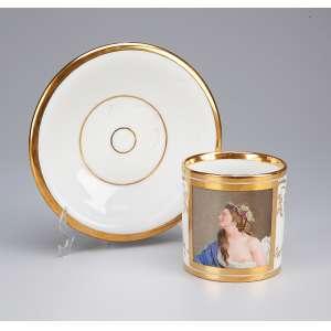 Xícara e pires, de porcelana francesa, decorados com frisos em ouro e reserva <br />representando figura feminina em policromia. Séc. XIX.