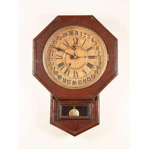 Relógio de parede, caixa de madeira patinada de marrom, mostrador circular com algarismos <br />romanos para as horas e para os dias do mês. 45 x 60 cm.