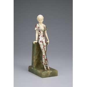 PREISS, FERDINAND <br />Parisian. Escultura de bronze patinado e marfim. Base de ônix. 21 cm de altura. <br />Assinada no ônix. França, c. 1935.