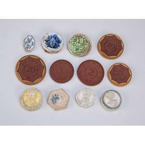 Coleção de 12 moedas de porcelana, sendo sete de origem oriental, época indefinida <br />e cinco em grés marrom, marcadas Meissen, 1921.
