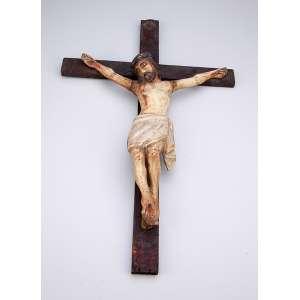 Cristo crucificado em cruz de madeira, para pendurar. Madeira patinada e dourada. <br />30 x 25 cm, o Cristo, 45 x 29 cm a medida total. Brasil, séc. XVIII.