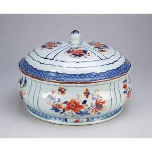 Grande sopeira de porcelana Cia das Índias, circular, decoração segmentada com flores em esmaltes <br />da Família Rosa. 30 cm de diâmetro x 22 cm de altura. China, Qing Qianlong (1736-1795). <br />(borda da tampa com pequeno bicado).