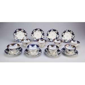Conjunto de oito xícaras para chá com seus pires, de porcelana Vieux Paris, bordas onduladas, <br />decoradas em azul cobalto, ouro flores e abelha em policromia. França, séc. XX.