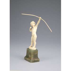 PREISS, FERDINAND <br />Archer. Escultura de marfim sobre base de ônix. Assinada no marfim. 18 cm de altura. França, c. 1935. <br />Reproduzida em Art Deco and Other Figures, de Bryan Catley, pág. 280.
