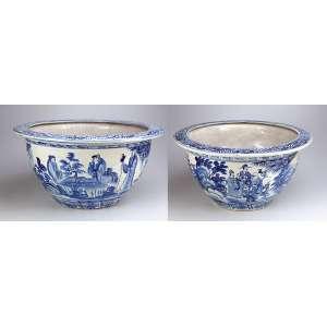 Par de grandes cachepots de porcelana azul e branca, decorados em seu bojo com figuras e paisagem. <br />61 cm de diâmetro x 31 cm de altura. China, séc. XIX.