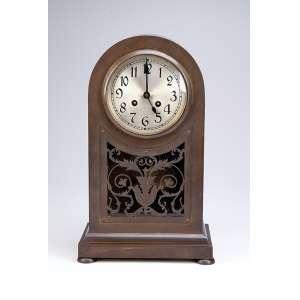 Relógio de mesa tipo capelinha. Base de bronze e estrutura de metal dourado, mostrador circular. <br />22 x 14 x 38 cm de altura. Europa, séc. XIX.