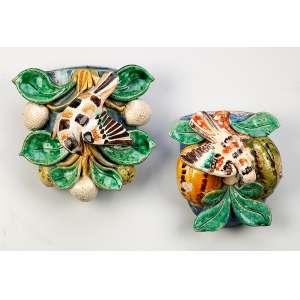Dois floreiros de parede, cerâmica policromada, uma com frutos e pássaro, o outro com vegetais e pássaro. <br />15,5 x 15 x 10 cm, o maior. China, séc. XVIII.