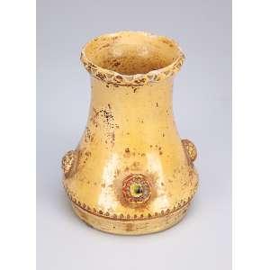 Pequeno vaso em cerâmica monocrômica amarela. 13 cm de altura. <br />Origem e época não identificadas.