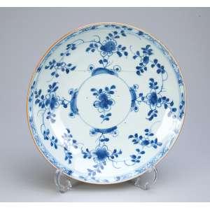 Covilhete de porcelana Cia das Índias, decoração floral em azul e branco. <br />22 cm de diâmetro. China, séc. XVIII. (trinco e pequeno furo na caldeira).