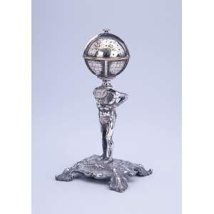 Paliteiro de metal prateado, cinzelado. 17 cm de altura. Brasil, séc. XIX.