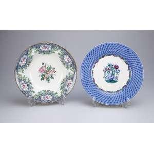 Dois pratos de louça inglesa, sendo um fundo com decoração floral em tons de verde e o outro raso com <br />a aba azul e jarro de flores na caldeira. 25,5 cm de diâmetro. Séc. XX.