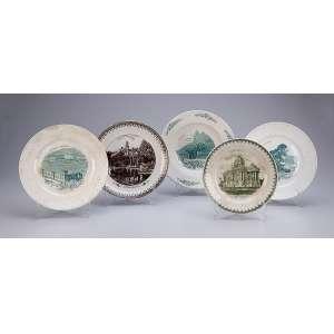 Conjunto de cinco pratos de louça, decorados com cenas iconográficas brasileiras. <br />Diversos tamanhos e manufaturas. 21 cm de diâmetro o maior. Séc. XX. (pequenos defeitos).