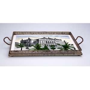 Bandeja de louça com varanda de metal prateado. A louça decorada com grande edificação. <br />38 x 24 cm. Checoslováquia, séc. XX.