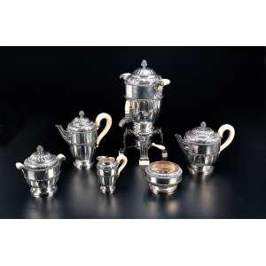 Requintado serviço para chá e café de prata de Tètard Frères,. composto de: samovar, bule para café, bule para chá, cremeira e açucareiro, cabos e alças de marfim. 42 cm de altura, o samovar. 22 cm de altura, o bule para café. Contrastes Cabeça de Minerva, indicando o teor 950 da prata francesa de exportação em uso a partir de 1838.
