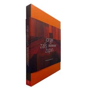 JORGE ZALSZUPIN - Este livro é:(...) uma preciosa contribuição para ampliar o conhecimento que se tem da criação do mobiliário e do desenho industrial no Brasil. O período coberto pela obra de JORGE ZALSZUPIN se inicia nos anos de 1950, período de glória da arquitetura brasileira, e se desenvolve ao longo das décadas de 1960 a 1980, um período menos estudado e particularmente difícil, tanto do ponto de vista político quanto do econômico. Muito ilustrado.<br />1290g; 26x22 cm; 238 págs,; capa dura;português/inglês