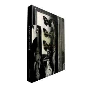 FARNESE DE ANDRADE - Livro ricamente ilustrado organizado pelo Museu Oscar Niemeyer, da mais completa exposição de obras deste desenhista, gravador e pintor mineiro.<br />790g; 22x17 cm; 253 págs.; capa dura; livro bilíngue: português e inglês