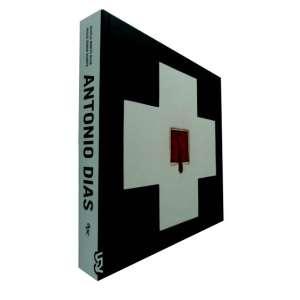 ANTONIO DIAS - Livro profusamente ilustrado com reproduções amplas de suas obras. Apresenta uma cronologia de seu trabalho que vai de 1944 a 2015.<br />2735g; 28x29 cm; 381 págs.; capa dura