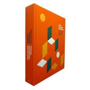 MÓVEL MODERNO BRASILEIRO - Este é um livro novo, um lançamento editado em 2017 e que traz um volume inédito de peças reunidas sobre o mobiliário moderno no Brasil. Encontra-se neste livro móveis assinados por JOAQUIM TENREIRO, LINA BO BARDI, JOSÉ ZANINE CALDAS, SÉRGIO RODRIGUES, JORGE ZALSZUPIN, ANNA MARIA E OSCAR NIEMEYER, AÍDA BOAL, GERALDO DE BARROS, ABRAHAM PALATNIK, arquitetos e outras produções. (...) vem ao encontro dessa demanda crucial do mercado, para formar público e posicionar da forma merecida este nosso patrimônio cultural e material. (...) Nosso objetivo, retratado nas páginas a seguir, é apresentar, em um extensão suficientemente ampla para que se perceba o conjunto da obra de cada um, a produção dos principais designers de móveis atuantes no período moderno no Brasil. E, com essa amostra generosa, provocar a análise conjunta desses autores, das proximidades e peculiaridades de suas peças, das variações de linguagem ao longo dos anos. (...)<br />