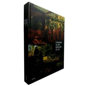 FOTOGRAFIA NA ARTE BRASILEIRA SÉCULO XXI - (...) Esta publicação, portanto, não tem seu foco na fotografia em si, mas sobre o uso que se faz da foto na arte contemporânea. (...) Profusamente ilustrado.<br />2.500g; 31x24 cm; 390 págs.; capa dura; português/inglês<br />