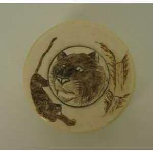Caixa circular em marfim com decoração de cabeça de tigre - 7 cm de diâmetro.