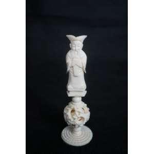 Marfim chinês - Figura masculina sobre coluna com esfera - 12 cm de alt.