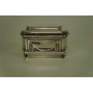 Caixa retangular em prata francesa de formato neo-clássico, com festões à volta toda. Contraste : Cabeça de Mercúrio, séc.XIX. 10 cm de alt, 14 x 10 cm.