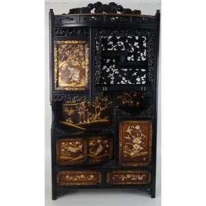 Importante móvel em madeira de lei ricamente entalhado, portas e gavetas com incrustações em marfim , madrepérolas e pinturas em ouro a maneira Shibaiama - Período Meiji Assinado - Japão séc XIX, 115 x 60,5 x 21 cm.