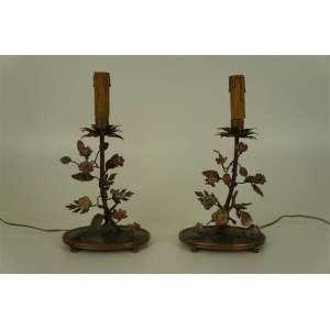 Par de delicados castiçais eletrificados de bronze ornamentados por flores de porcelana .França inicio do Séc XX - 28 cm de alt -