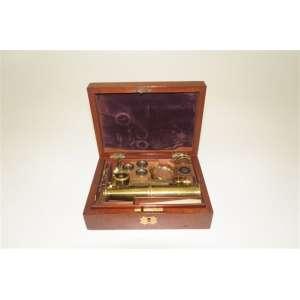 Microscópio portátil, fabricação inglesa 1850, caixa de madeira, completa. 17 x 12 cm.