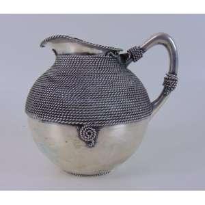 Jarra para água de prata de lei, trabalho em cordame teor 833 União Brasil. 20 cm de alt e 21 de diâm.